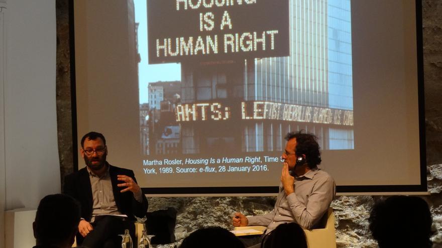 David Madden junto con Iñaki Vallejo, activista de la PAH y concejal por Castelló en Movimiento