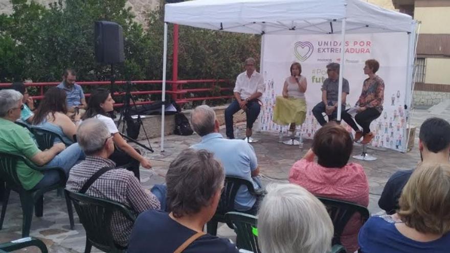 Joaquín Macías, candidato a la Asamblea de Extremadura por Unidas Podemos, acompañado de parte de su equipo en Navalmoral de la Mata
