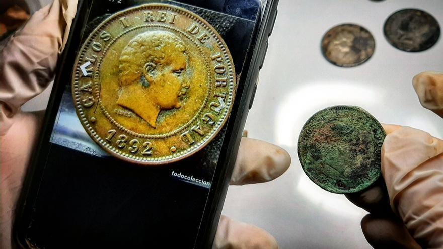 Moneda de Portugal hallada en una fosa común del cementerio de Nerva (Huelva). | JUAN MIGUEL BAQUERO