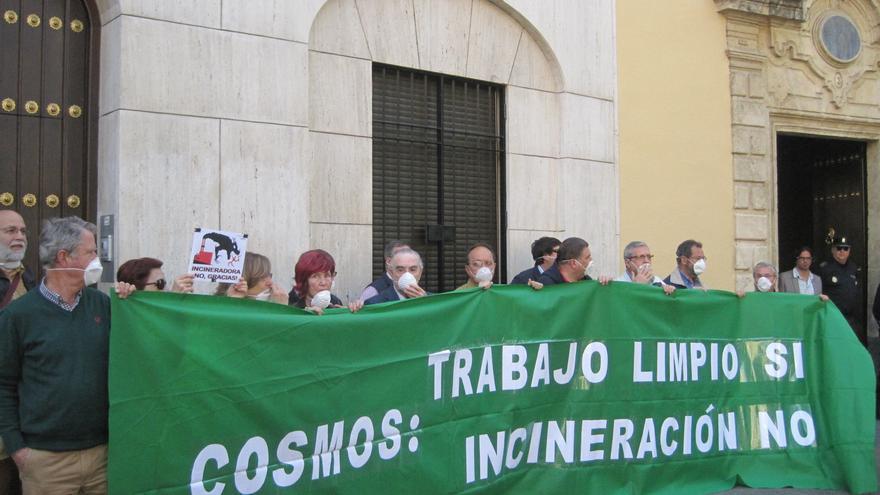 La plataforma Aire Limpio se manifiesta contra la incineración de plásticos en la cementera Cosmos de Córdoba.