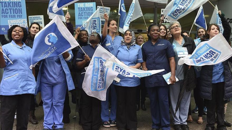 Huelga de trabajadores de sanidad británica en demanda de mejora salarial