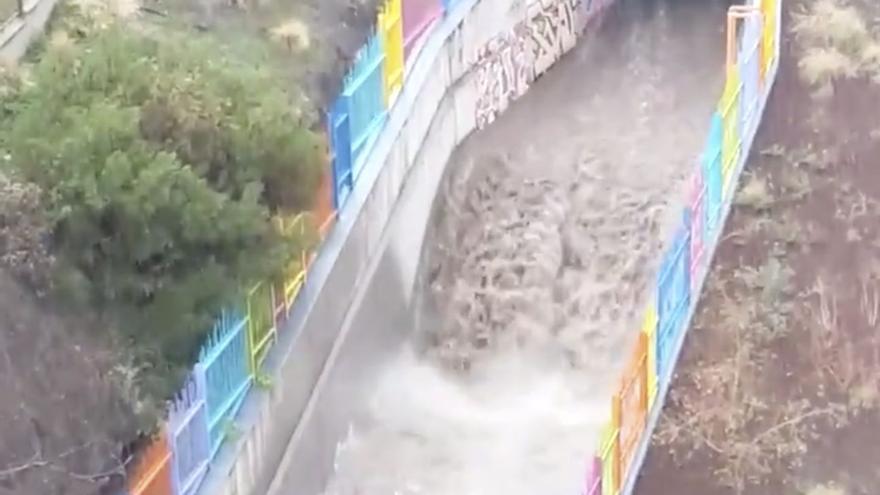 Alcantarillas rebosadas y riadas en Tenerife a causa de la lluvia