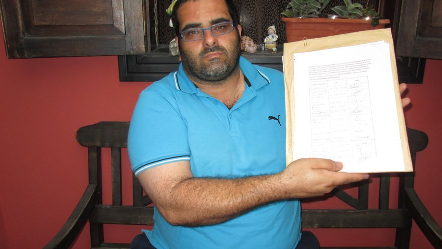 José Fernández Lynch muestra, en su vivienda, las firmas que está recogiendo. Foto: LUZ RODRÍGUEZ