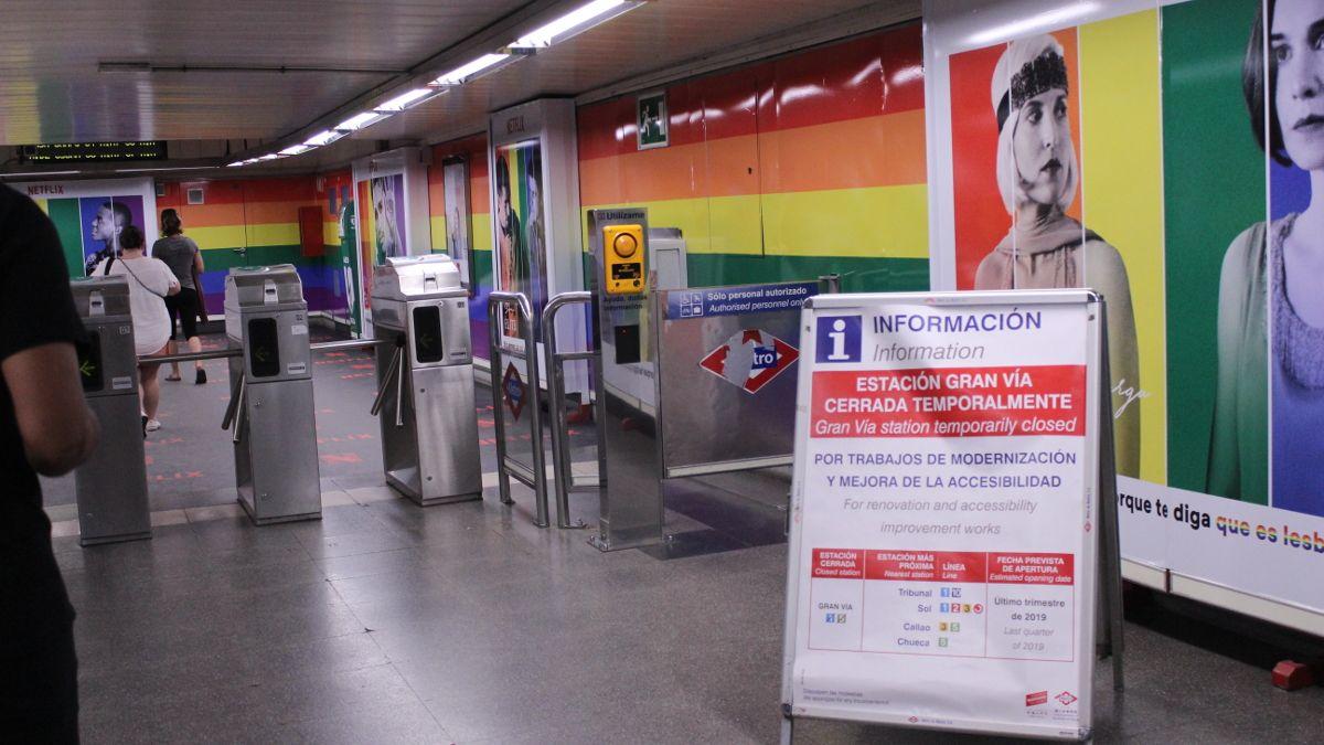 Vestíbulo de la estación de Metro de Chueca con la bandera arcoíris | SOMOS CHUECA