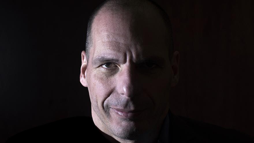 Retrato del ex ministro griego de finanzas Yanis Varoufakis con motivo de su asistencia al foro Plan B contra la austeridad en Madrid. Madrid 20/02/2016.   FERNANDO SÁNCHEZ