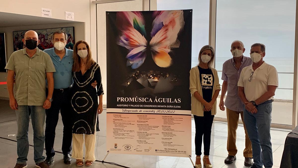 Los organizadores del evento, junto al cartel del Festival