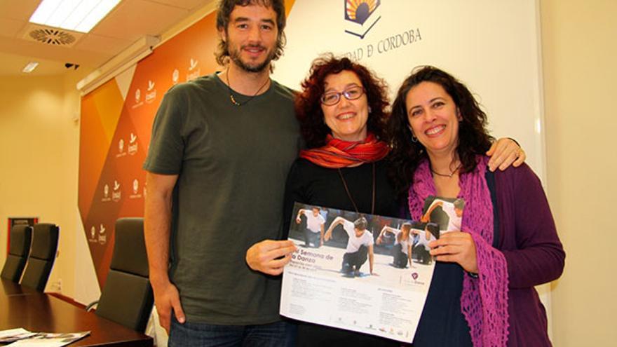 El director de Cultura de la UCO, Pablo Rabasco, junto a Mar Montávez y Lola Amores, responsables del Aula de Danza