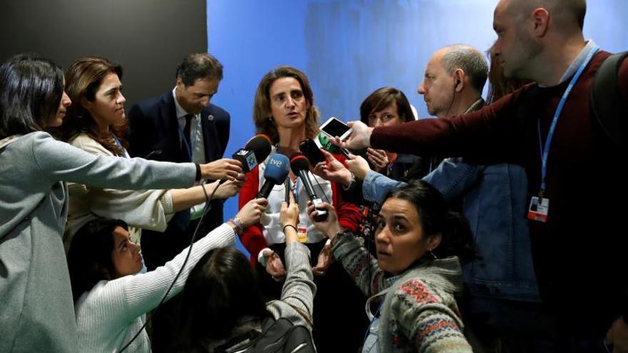 """La ministra española para la Transición Ecológica en funciones, Teresa Ribera, en declaraciones a los medios durante su visita a la ZonaVerde un espacio ciudadano, de encuentro y concienciación medioambiental, con el que España quiere contribuir a facilitar la participación de toda la sociedad civil, en el marco de la tercera jornada de la 25 Conferencia de las Partes del Convenio Marco de Naciones Unidas sobre Cambio Climático (COP) que se celebra en Madrid bajo el lema """"Tiempo de actuar""""."""
