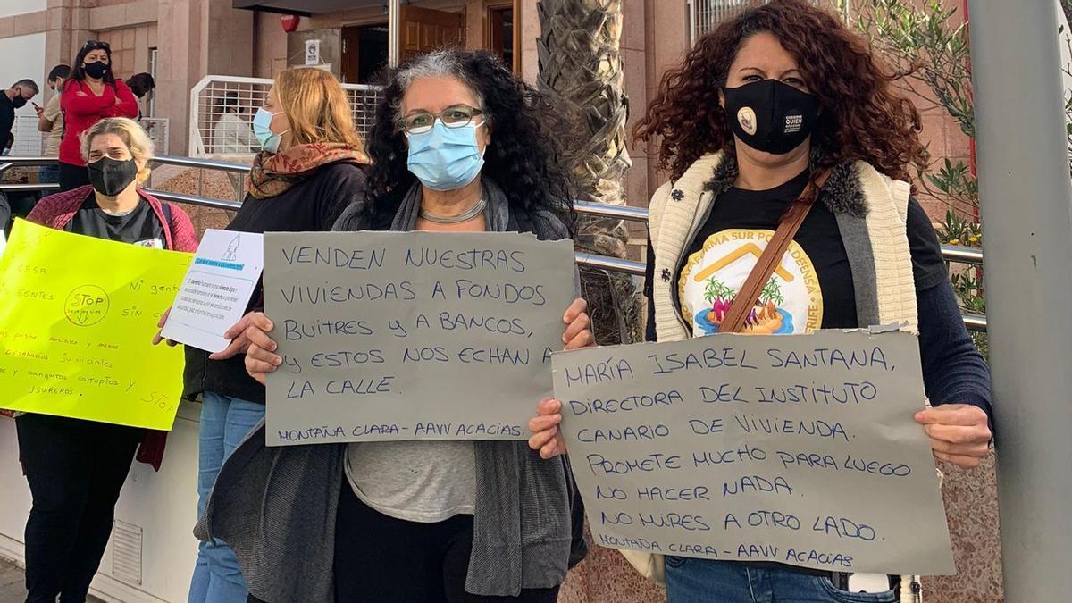 Manifestación de los vecinos de las viviendas de protección oficial de la calle Arguayoda, frente a los Juzgados de Granadilla de Abona