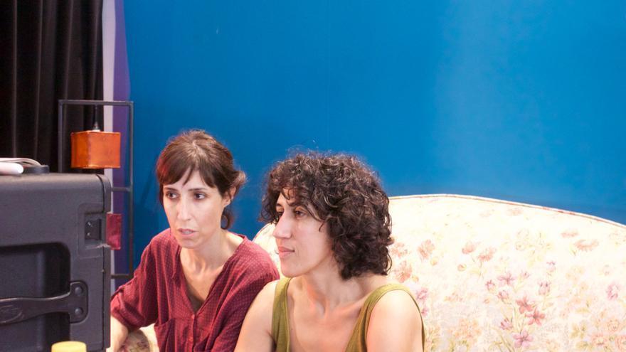 Las directoras de `Nikolina´ Eva Libertad García y Nuria Muñoz mirando el combo / E. R.