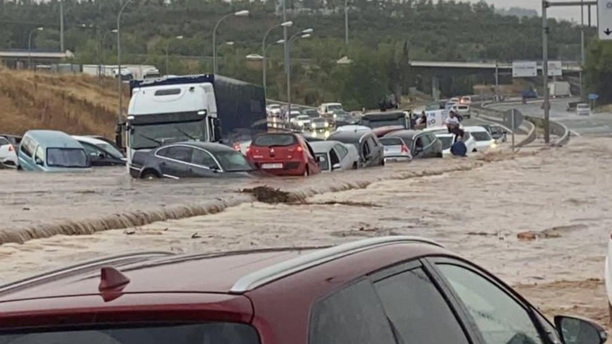 Colapso y coches atrapados en la N-400 que une los barrios toledanos de Santa Bárbara y el Polígono