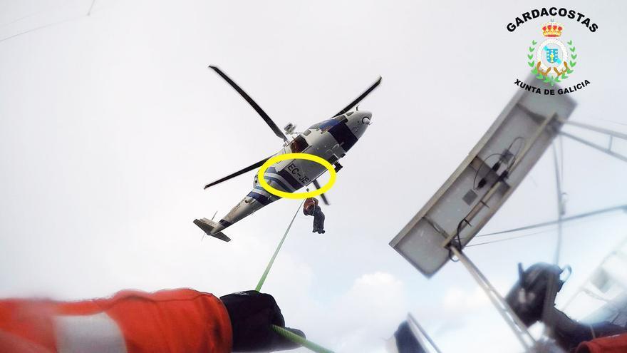 Helicóptero de salvamento de la Xunta con la matrícula resaltada