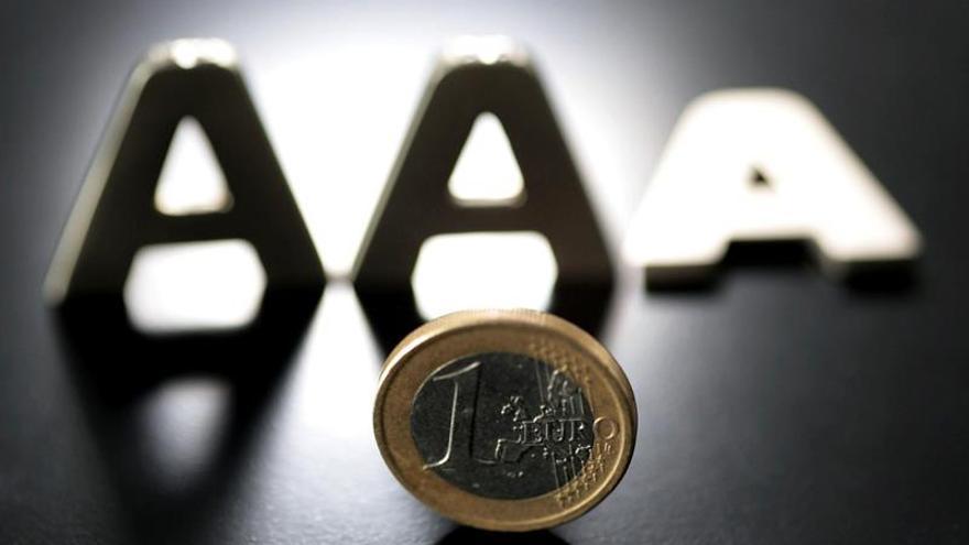 El euro baja hasta 1,1055 dólares