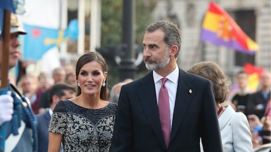 Felipe VI y Letizia Ortiz, a su llegada al Teatro Campoamor, con una bandera republicana al fondo