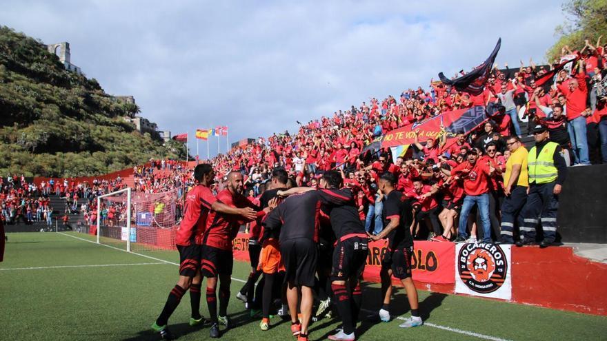 Los jugadores del Mensajero celebrando con la afición la victoria que les permite continuar en la Segunda División B. Foto: JOSÉ AYUT.
