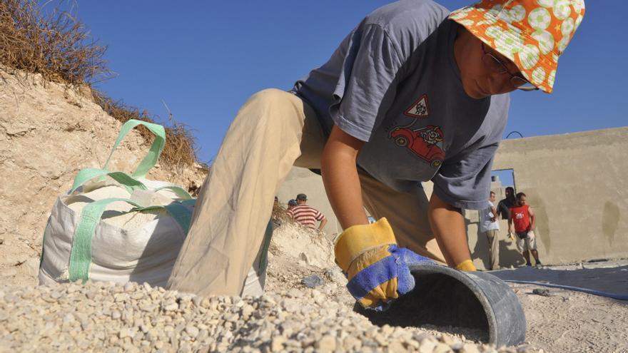 El cemento como resistencia, unos voluntarios reconstruyen una casa palestina demolida