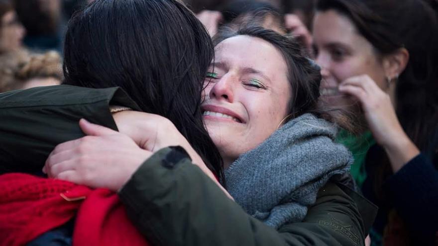Mujeres argentinas celebran entre lágrimas la decisión del Congreso de aprobar el proyecto de ley que legaliza el aborto