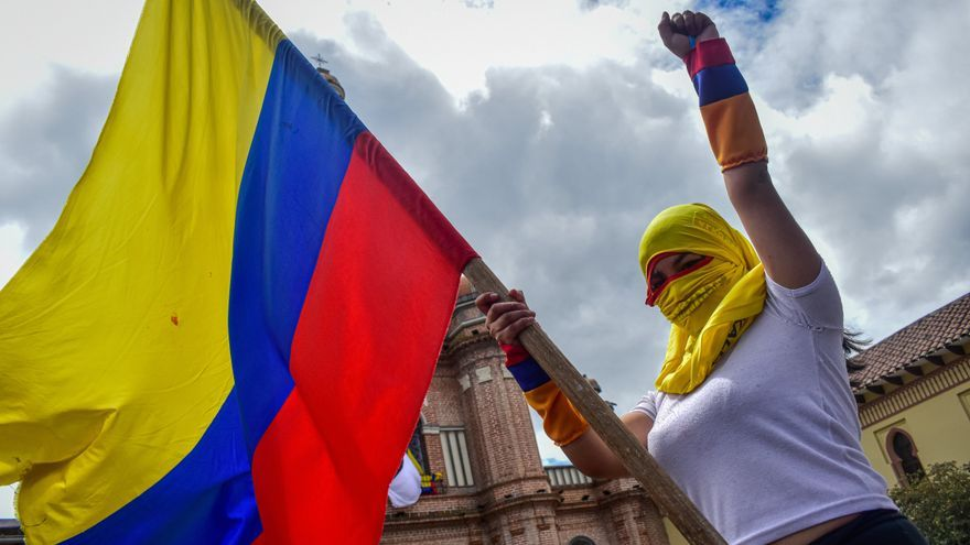 Una manifestante con la bandera de colombia durante el paro nacional indefinido contra Iván Duque