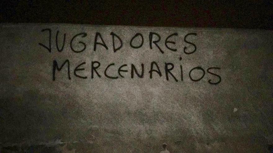 Pintadas contra los jugadores de la UD Las Palmas y la directiva tras la última derrota