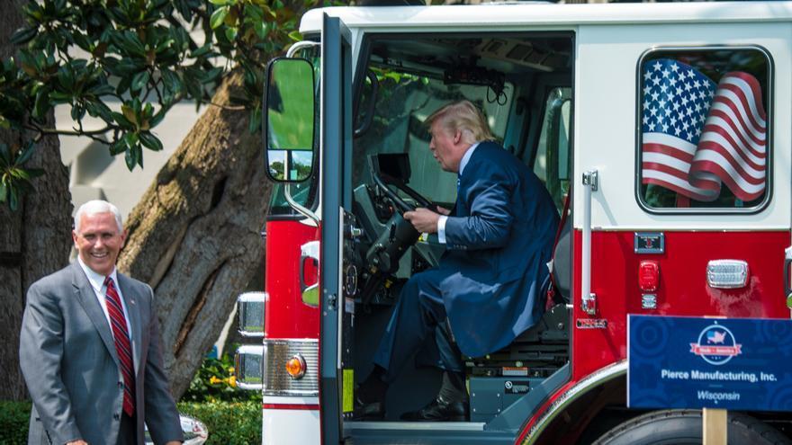Trump subido a un camión de bomberos en una feria de productos fabricados en EEUU celebrada en la Casa Blanca.