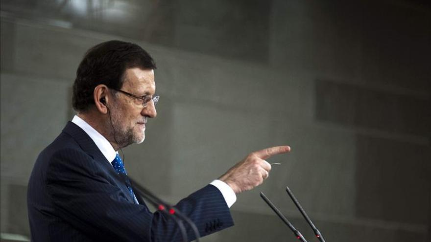 Rajoy señala al periodista elegido para hacer la pregunta.