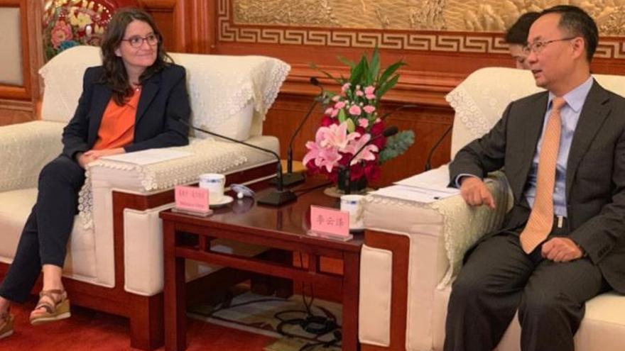 Oltra junto al vicegobernador de la región china de Sichuan durante el viaje del Consell