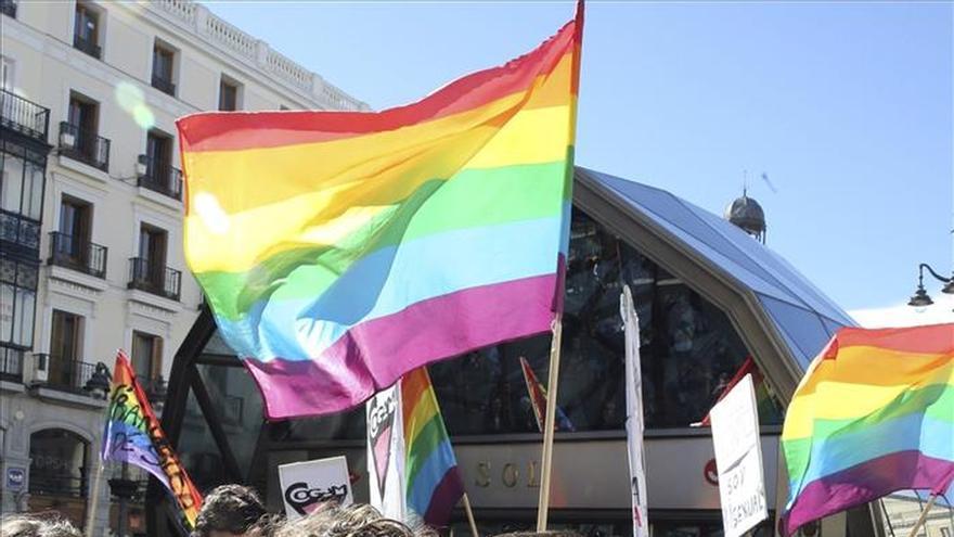 Piden con besos respeto a los homosexuales tras el correo homófobo de Metro