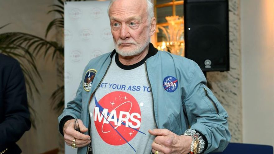 Evacúan al astronauta Buzz Aldrin de la Antárdida por problemas de salud