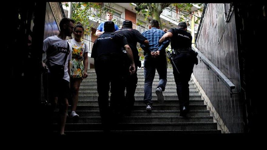 Mossos d'Esquadra y Policía Nacional en un dispositivo conjunto contra los carteristas reincidentes, en Barcelona, el pasado mes de agosto.