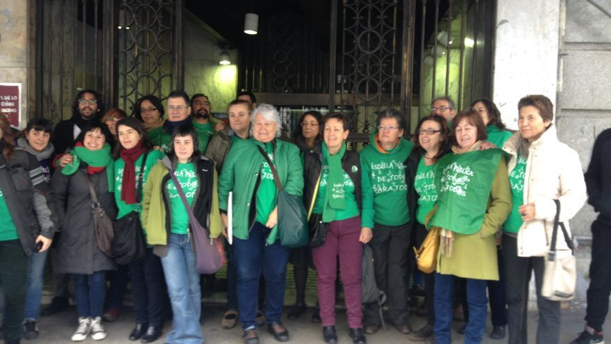 La Marea Verde apoya a una profesora sancionada por usar la camiseta verde.