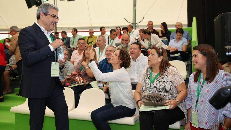 Román Rodríguez bromea con militantes en el IV Congreso Nacional de Nueva Canarias. (Alejandro Ramos)