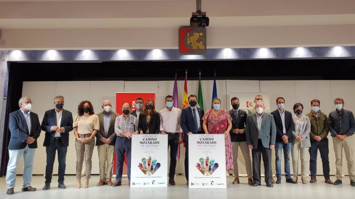 La presidenta de Iprodeco, Dolores Amo, junto a los alcaldes tras la firma del acuerdo