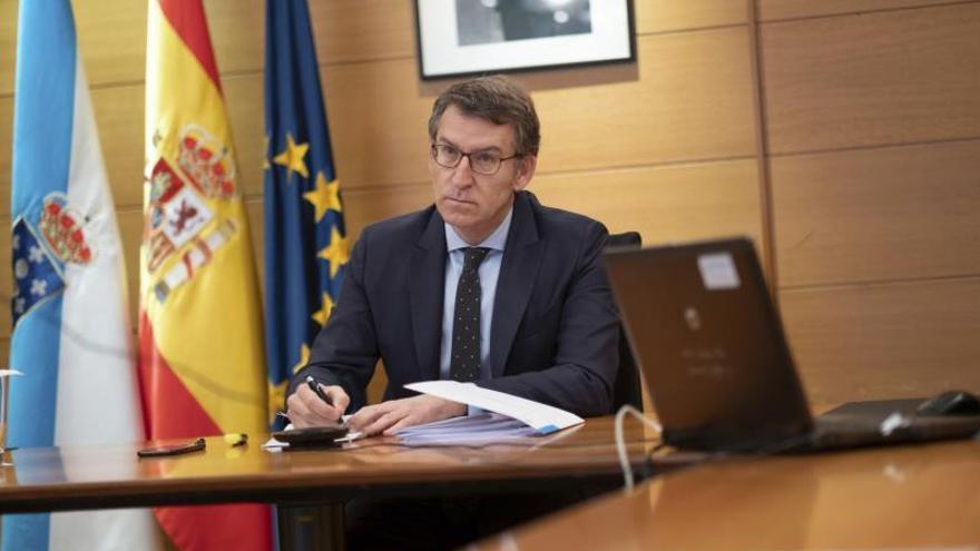 Fotografía cedida por la Xunta que muetsra a su presidente , Alberto Núñez Feijóo, durante la videoconferencia con el presidente del Gobierno, Pedro Sánchez y los presidentes autonómicos.