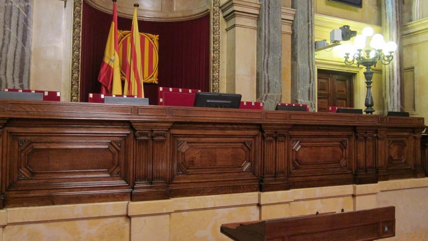 El PP exige medidas contra los diputados que sacaron una bandera española del Parlamento catalán