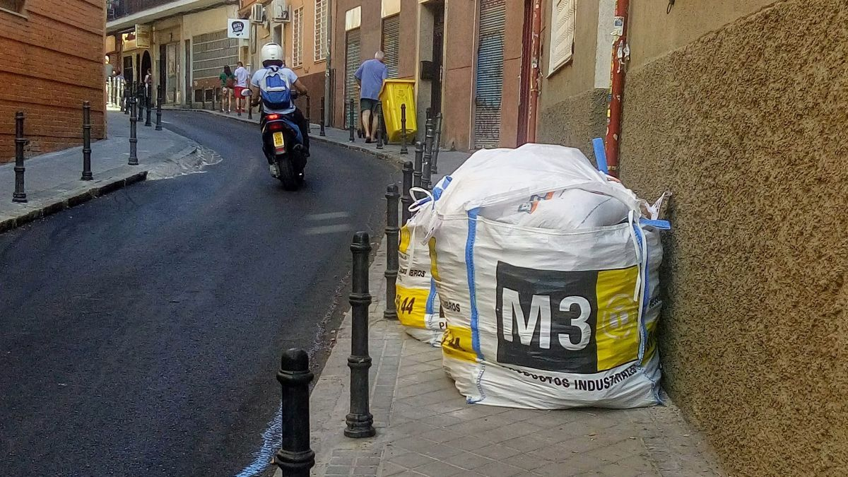 Calle típica de Bellas Vistas, con aceras angostas, a menudo ocupadas por obstáculos para los caminantes