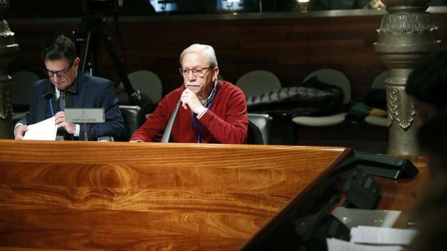 El ex secretario general de UGT Asturias, Justo Rodríguez Braga (d), acompañado de su abogado, al inicio de su comparecencia en la comisión de investigación del uso de fondos de formación por parte de UGT Asturias que se celebra en la Junta General del Principado.