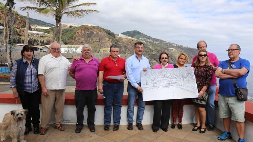 En la imagen, vecinos afectados y Juan Arturo San Gil muestran un plano del deslinde.