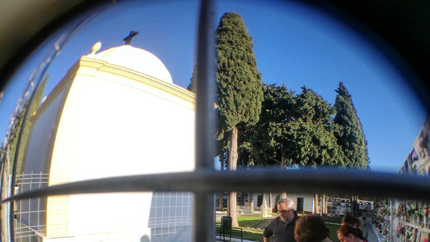 Primeras catas con método arqueológico en el cementerio local.   JUAN MIGUEL BAQUERO