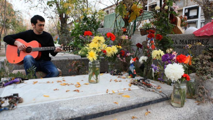 Feliu Ventura canta davant la tomba de Víctor Jara, en homenatge al cantautor xilè assassinat. / EVA ALIMÓN