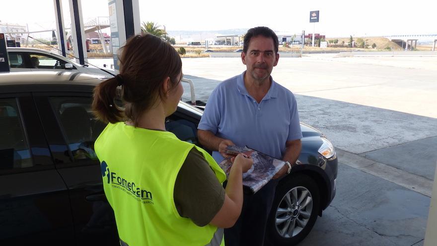 Un técnico del proyecto Life+Iberlince informando a un conductor sobre la campaña