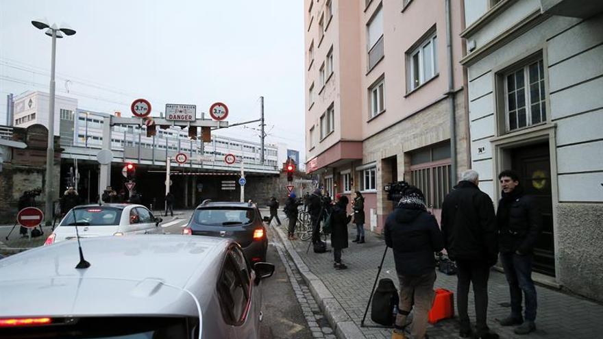Periodistas permanecen a las puertas del edificio en la calle de Lazaret en Estrasburgo (Francia) donde fue abatido el autor del atentado