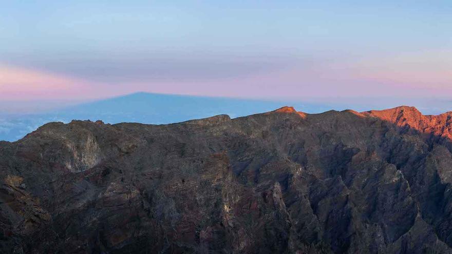 Foto de la proyección de la sombra de La Palma  elegida por  USRA como 'Imagen del Día de la Ciencia de la Tierra' de este martes, 10 de marzo de 2020.