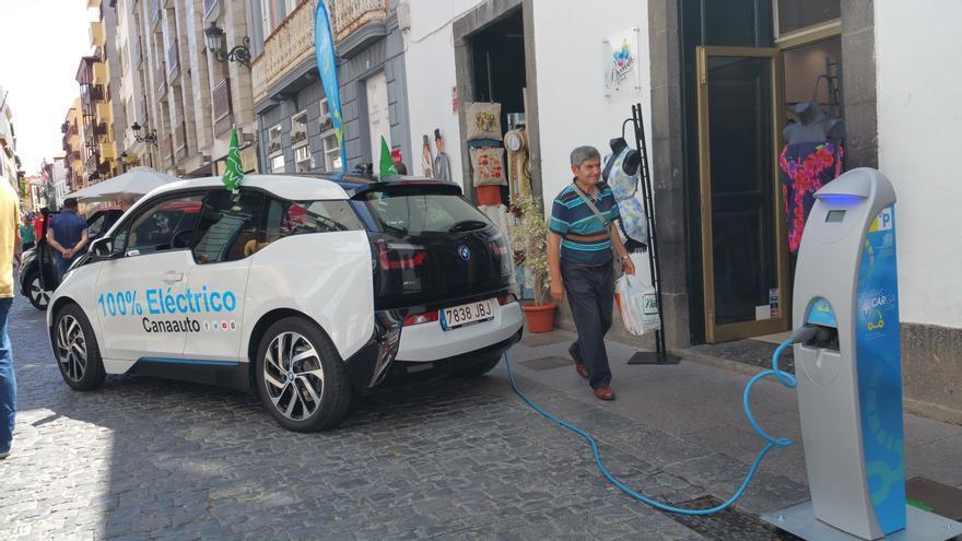 En la imagen, un vehículo eléctrico junto a un punto de recarga. Foto: LUZ RODRÍGUEZ.