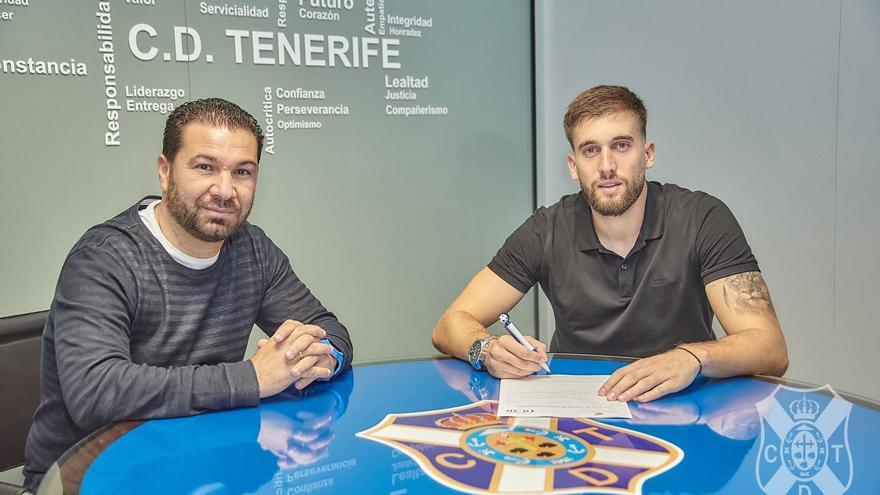 Juan Carlos Cordero y Nikola Sipcic rubricando el nuevo contrato.