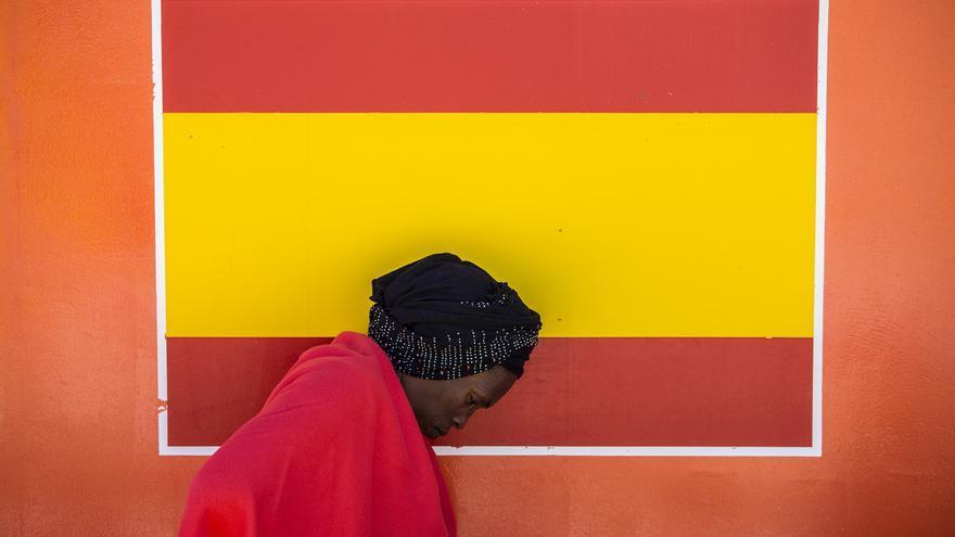 Una mujer en un barco de Salvamento Marítimo en el Puerto de Algeciras