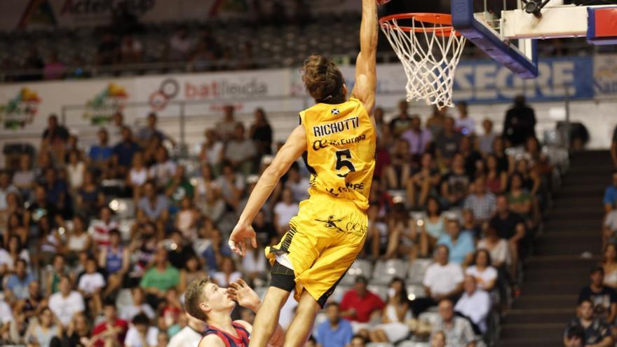 El jugador del Canarias Nico Richotti encestando a canasta ante el Baskonia.