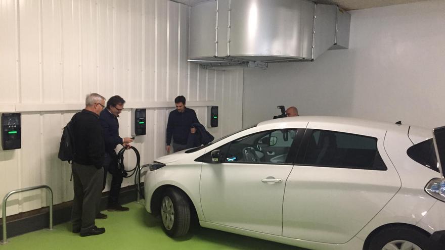 El alcalde de Valencia, Joan Ribó, y el concejal de Movilidad, Giuseppe Grezzi, en la zona de carga de vehículos eléctricos en el aparcamiento de Ciudad de Brujas