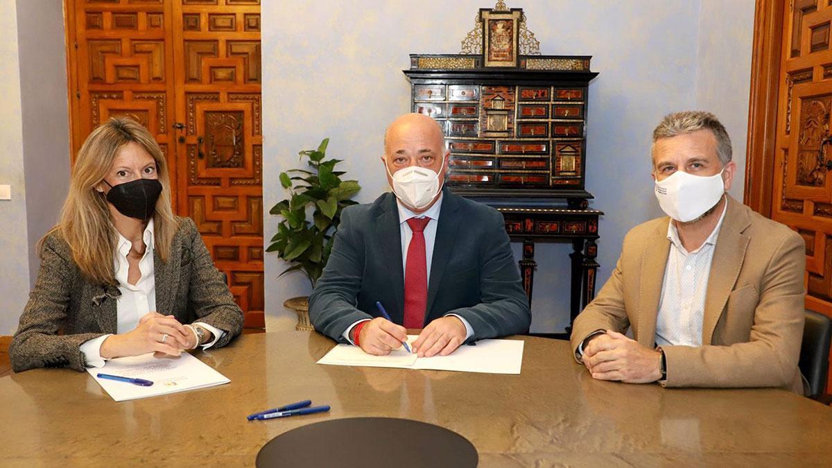 El presidente de la Diputación de Córdoba, Antonio Ruiz (centro), en la firma con Vinavin.