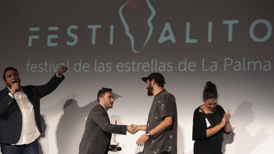José Antonio Bayona entrega a Víctor Hubara el premio.