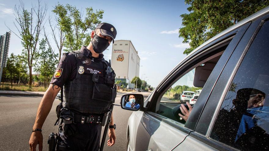 La policía realiza controles a la salida de Aranda de Duero hacia Madrid.